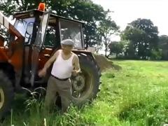 elle baise le vieux dans la ferme